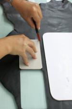 Zuschneiden der einzelnen Teile einer Handtasche