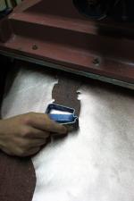 Ein kleineres Lederteil wird ausgestanzt